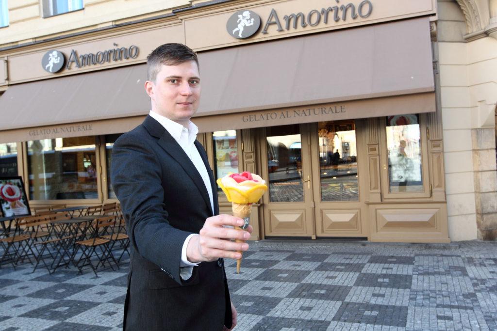 1_Vojtech Kučera se zmrzlinovou růží před pobočkou Amorino Prague_foto Amorino repro zdarma