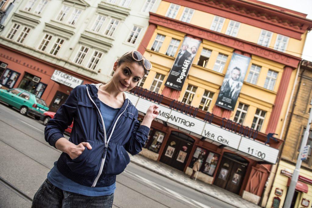 1_Eva-Josefíková-před-Švandovým-divadlem_foto Ivo Dvořák-repro-zdarma.jpg