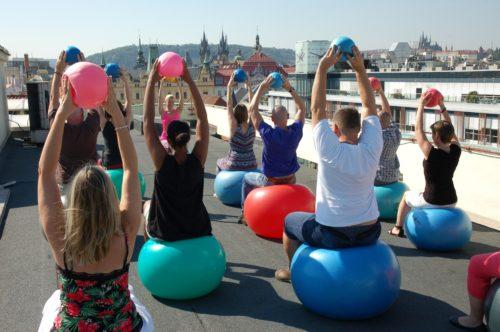 Cvičení na střeše Paláce YMCA pro dobrou věc