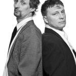 4_Kamil Halbich a Michal Dlouhý pózují pro plakát komedie Kdo je tady ředitel foto archiv Švandovo divadlo repro zdarma