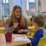 1_Kreslení-a-barvy-v-angličtině: americká-dobrovolnice-Julie a čtyřletý Jáchym se spolu vždycky dobře pobaví_foto-YMCA_-repro-zdarma.jpg