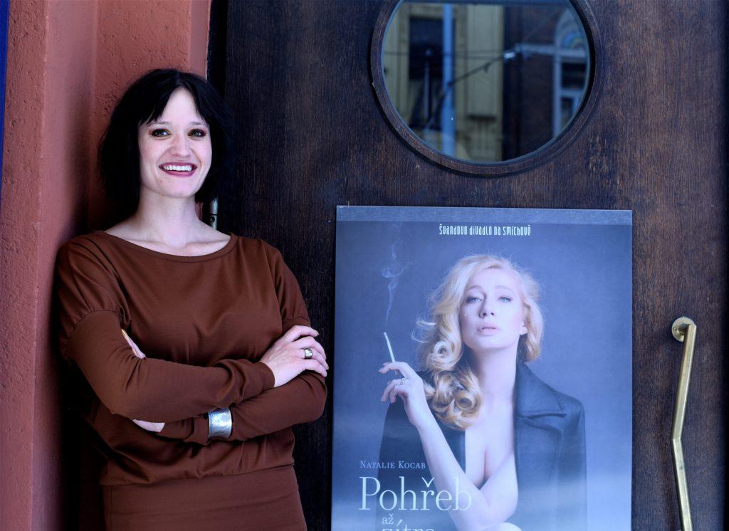 1_Natálie Kocábová s plakátem její nové hry Pohřeb až zítra_foto Alena Hrbková repro zdarma