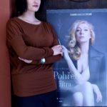 7_Natálie Kocábová s plakátem její nové hry Pohřeb až zítra_foto Alena Hrbková_repro zdarma