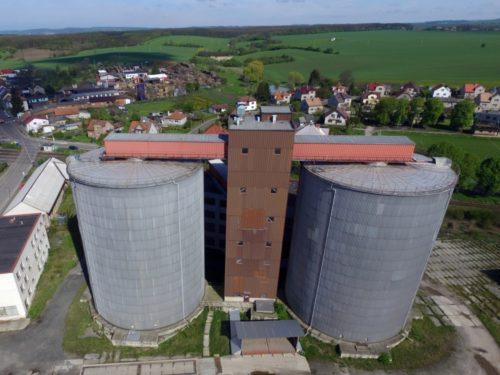 Průmyslový areál se sily v Královéhradeckém kraji je na prodej