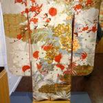 """5_Kimono """"furisode"""" pro svobodné dívky je vyšívané zlatými a stříbrnými nítěmi a pochází z první poloviny 20 století_foto archiv_repro zdarma"""
