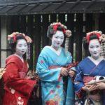 """6_Kultura kimon je v Japonsku stále živá_tři """"maiko"""", společnice v Kjótu, s tradičními oděvy, účesy i líčením_foto archiv_repro zdarma"""