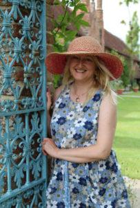 4_autorka Victoria Connelly ve své venkovské rezidenci_foto Sofa Books_repro zdarma
