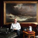 1_Tomáš Hejtmánek s Ajvazovského obrazem Bouře na moři_vlevo Stefanova Bugatti_vpravo Janákova židle_foto Ivan Kahún_repro zdarma