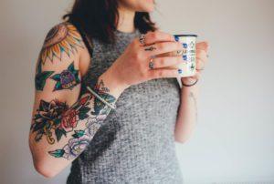 1_Čím dál více lidí se nechává tetovat a čím dál více jich chce pak i tetování odstranit_foto pxhere.com_repro zdarma