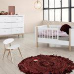 2_Postýlka Mini+ pro mladší dítě_komoda a židlička Oliver Furniture_foto Viabel_repro zdarma