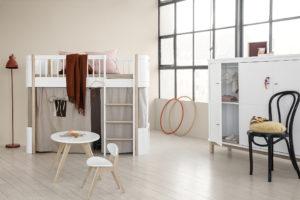 3_Postýlka Mini+ v podobě vysoké postele se zábranou, schůdky a prostorem na hraní_foto Viabel_repro zdarma