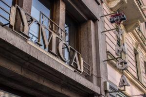 8_Průčelí Paláce YMCA v ulici Na Poříčí 12 s neonem a znakem cerveneho rovnostranneho trojuhelniku_foto YMCA_repro zdarma
