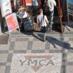 10_Vstup zdobí logo na chodíku_foto YMCA_repro zdarma