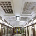 11_Přízemí se stropy průhledných skleněných dlaždic - dříve zde byla pasáž_dnes prostor slouží jako galerie_foto YMCA_repro zdarma