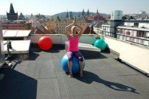 16_Na střeše se za hezkého počasí sportuje i dnes_instruktorka Věra Beroušková a její fit pauza pro kancelářské povaleče_foto Palác YMCA repro zdarma