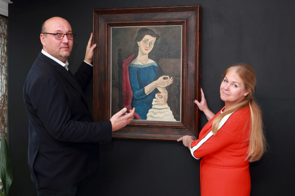 1_Tomáš a Marie Hejtmánkovi s obrazem Švadlena Františka Muziky_foto Ivan Kahún_repro zdarma