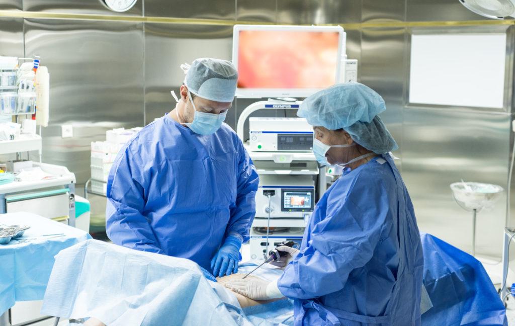 1_MUDr Jiri Bayer a prof Marketa Dušššskova pri setrne plasticke operaci provedene pomoci endoskopu _foto Rene Volfik pro Kliniku GHC Praha_repro zdarma