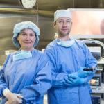 8_Sehrany chirgicky tym_ profesorka Marketa Duskova a doktor Jiri Bayer z Kliniky GHC Praha_foto Rene Volfik_repro zdarma
