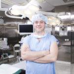 3_MUDr Roman Fraško na operačním sále_foto Klinika GHC Praha_repro zdarma