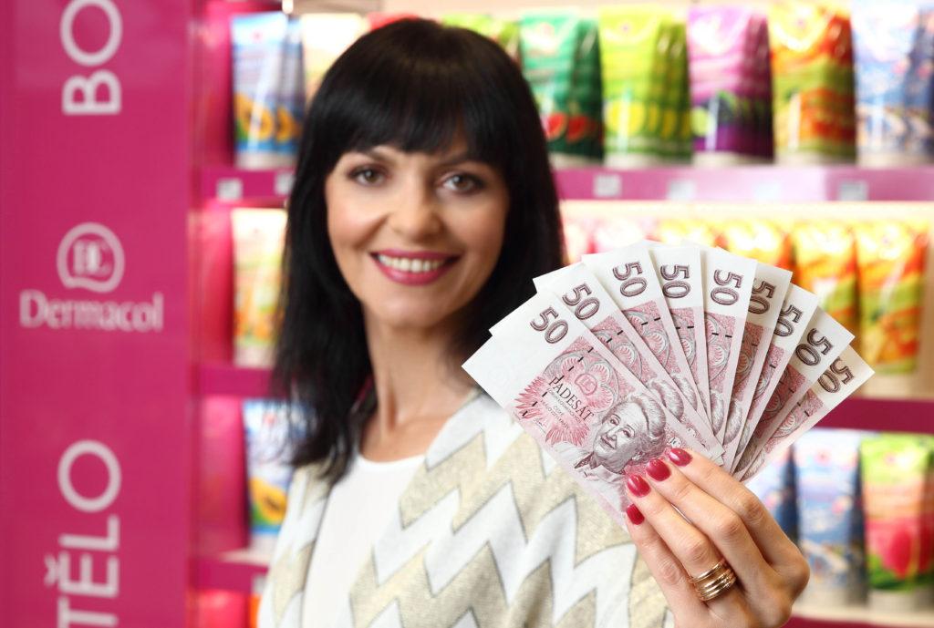 1_Valéria Gazdová s firemními bankovkami Dermacolu_foto Ivan Kahun_repro zdarma