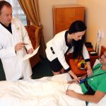1_Doktor Peter Klimák specialista ORL se sestrou a pacientem na Klinice GHC Praha_foto Ivan Kahun_repro zdarma