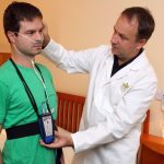 2_Příprava pacienta na monitoringu spánku s MUDr Peterem Klimákem na Klinice GHC Praha_foto Ivan Kahun_repro zdarma