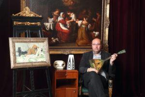 3_Tomáš Hejtmánek s draženými díly_v pozadí obraz z dílny Karla Škréty_foto Ivan Kahun_repro zdarma