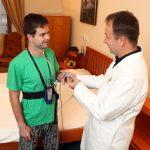 4_Na Klinice GHC Praha se pacient může prospat v téměř domácím prostředí_na snímku s pacientem je MUDr Peter Klmák_foto Ivan Kahun_repro zdarma