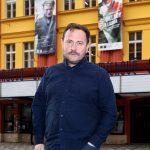 1_Martin Františák před Švandovým divadlem_foto Jiří Vaněk_repro zdarma