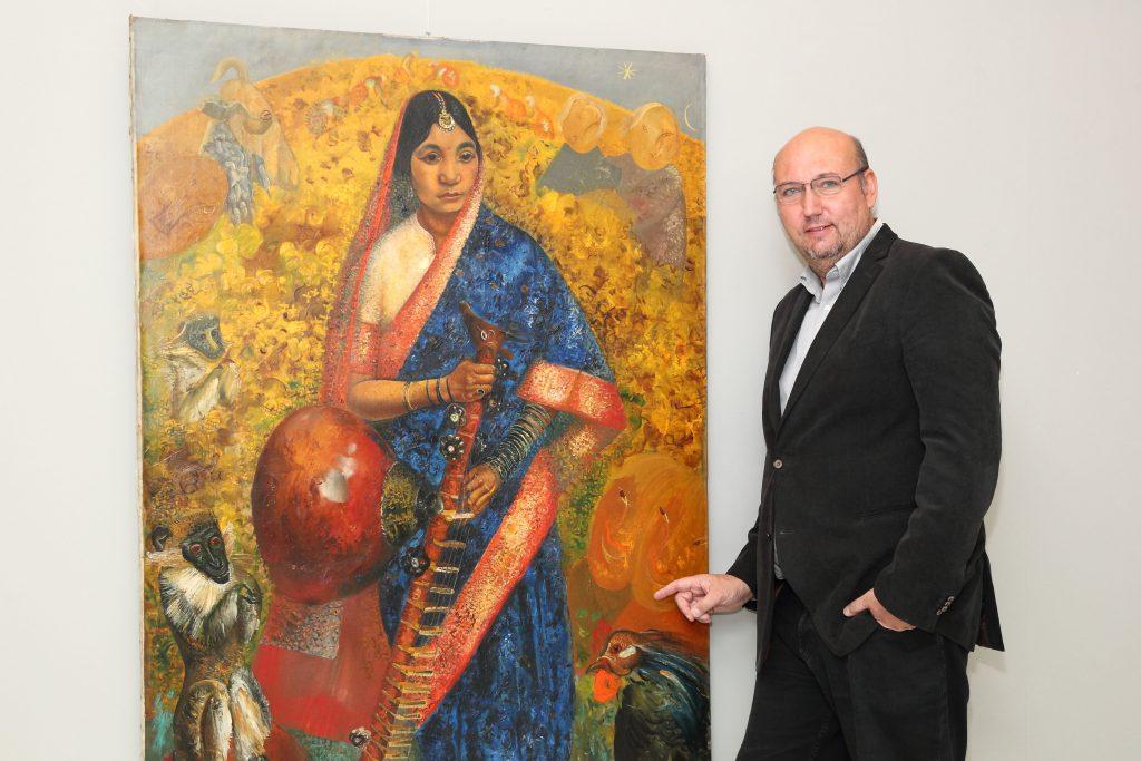 1_Tomáš Hejtmánek s obrazem Rámájana vydraženým za víc než 17 milionů korun_foto Ivan Kahun_repro zdarma