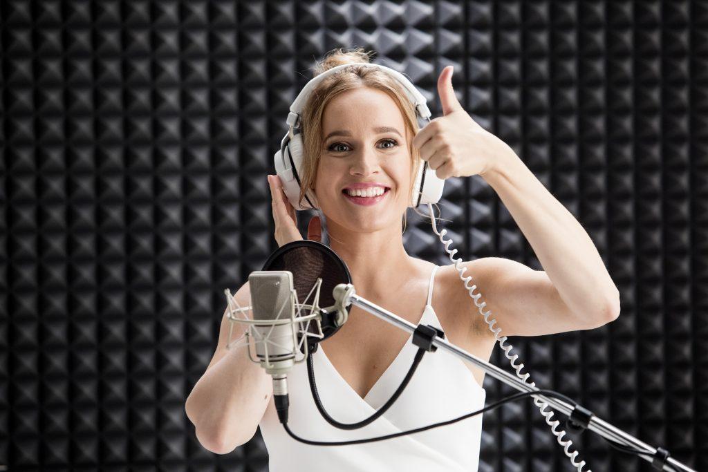 1_Slovenská zpěvačka Kristína Peláková při natáčení spotu pro značku Dermacol_foto Dermacol_repro zdarma