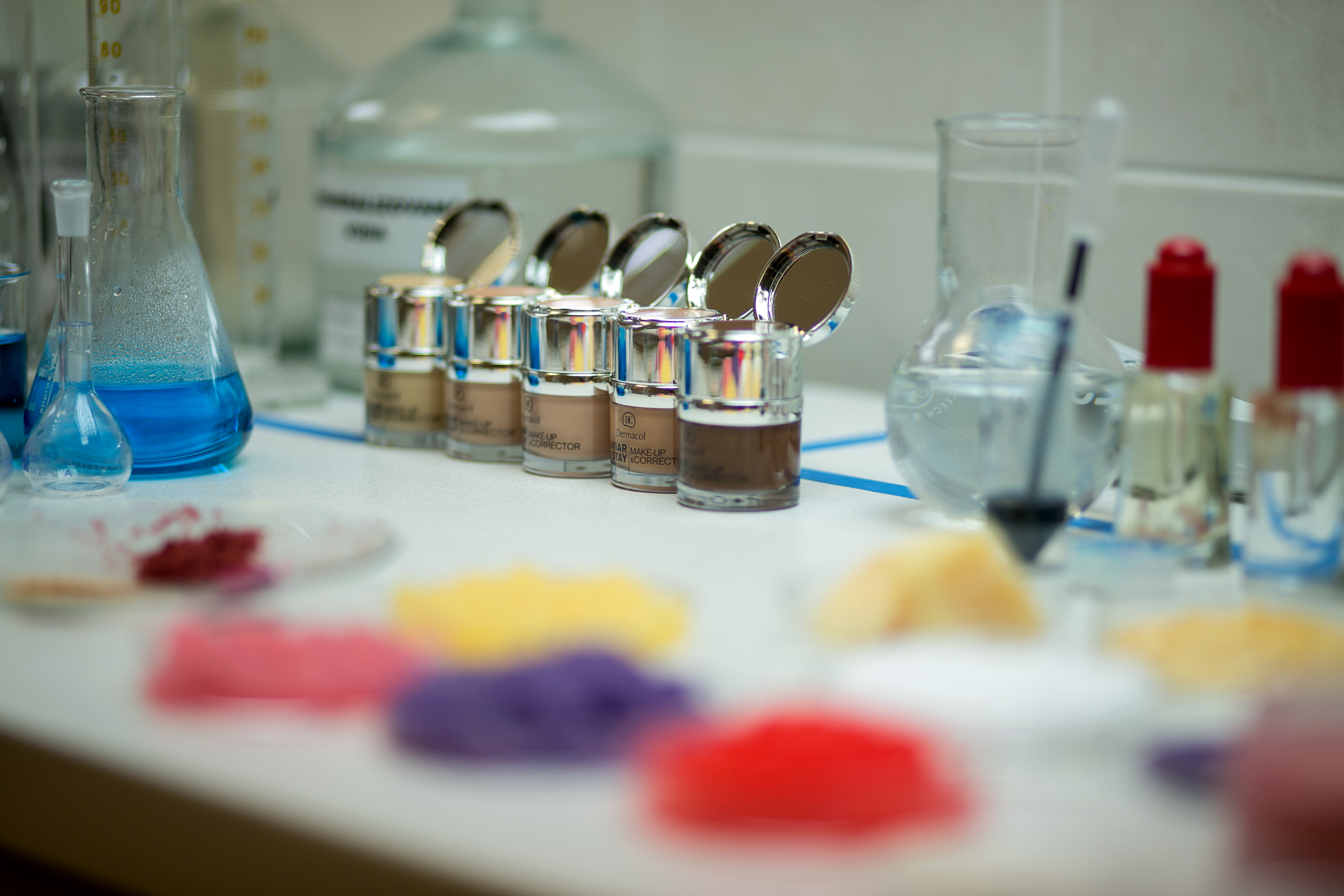 8_Pohled do laboratoře s barevnými pigmenty a make upy_foto Dermacol_ Jiří Sláma_repro zdarma