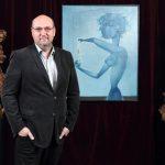 2_Tomáš Hejtmánek s Medkovým obrazem Akce I (Vajíčko)_foto Ivan Kahún_repro zdarma