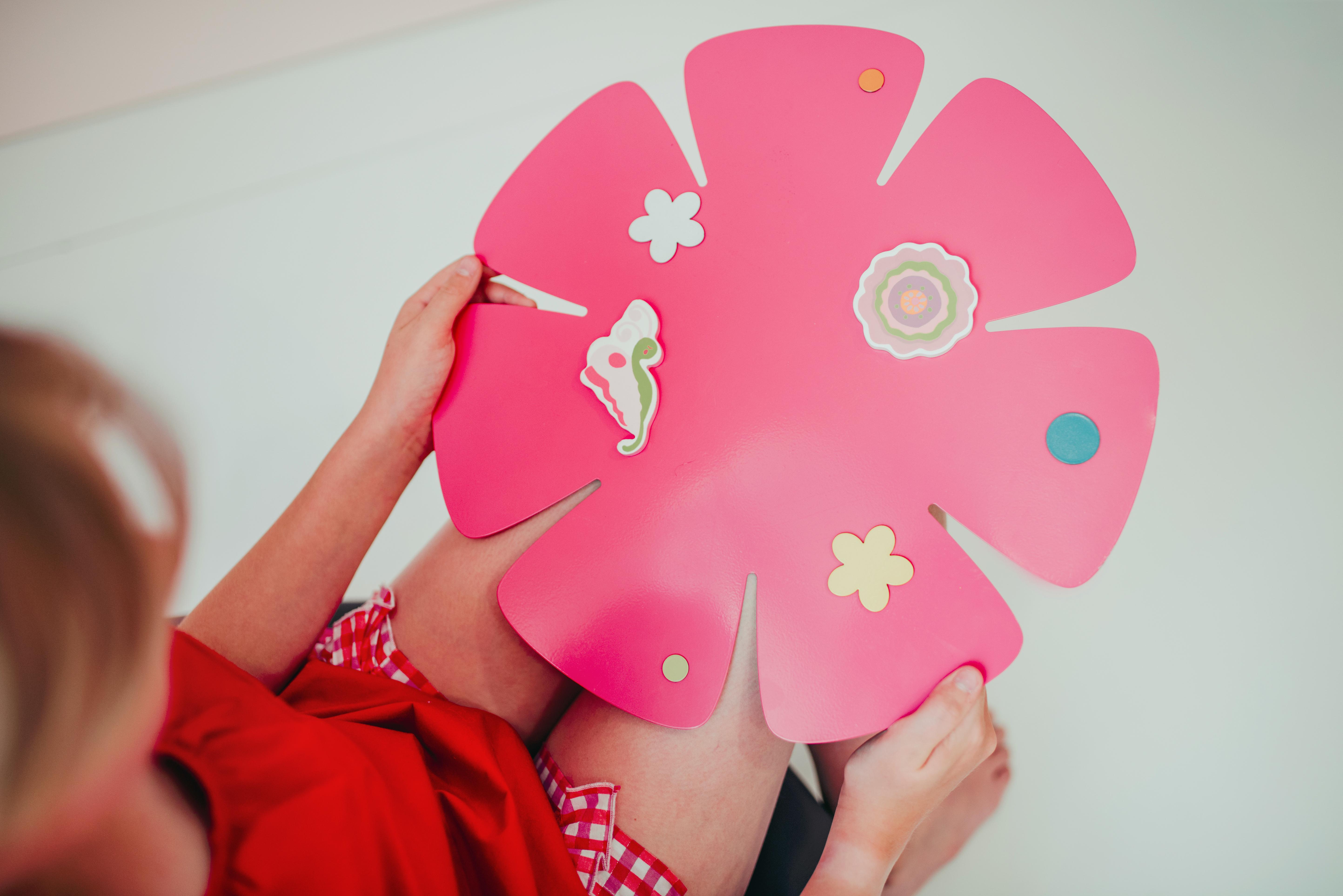 19_Magnetická tabule ve tvaru květiny_foto Viabel - Lucia Rambousková_repro zdarma