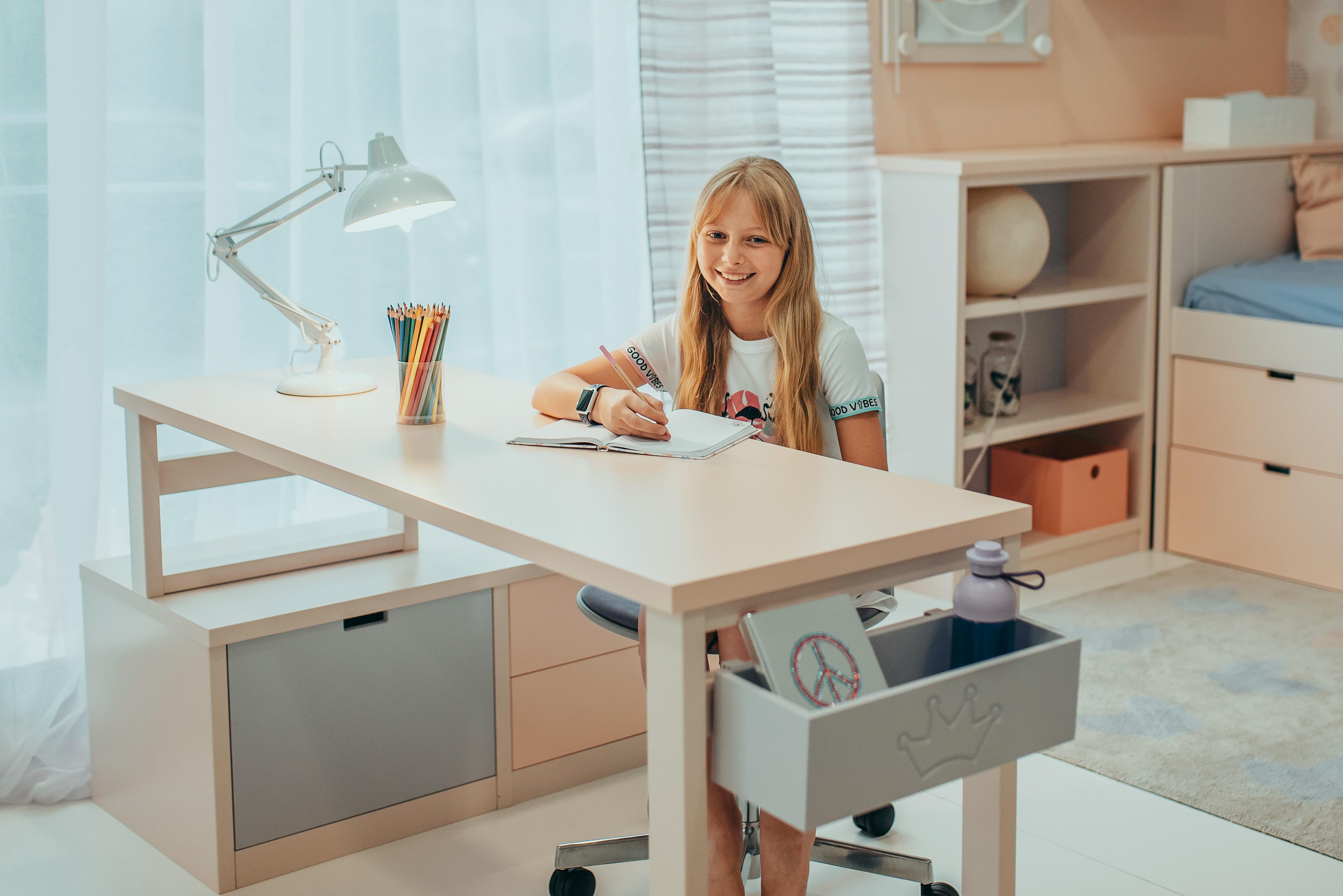 2_Varianta pracovního koutu pro školačku s obráceným stolem_foto Viabel - Lucia Rambousková_repro zdarma