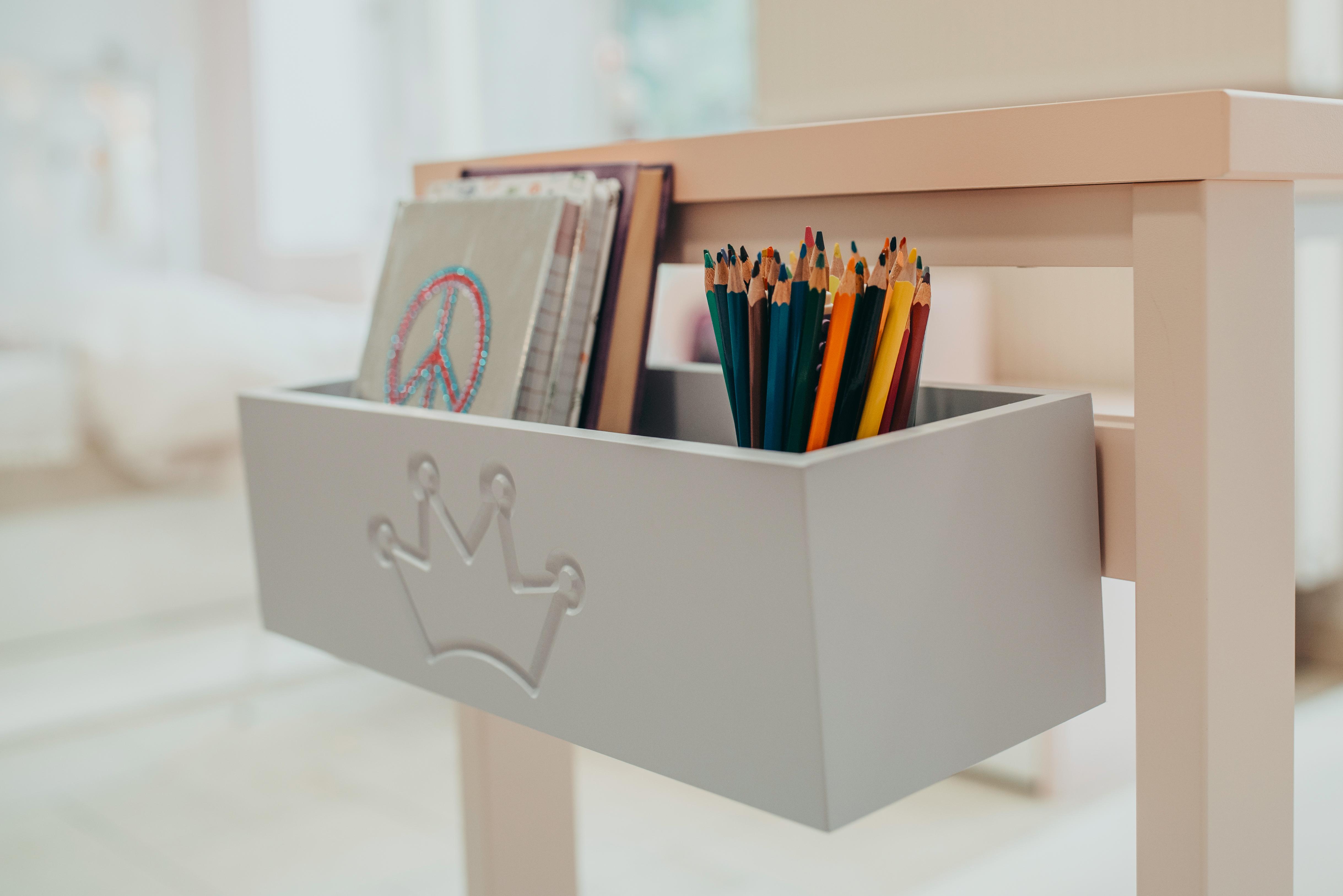 4_Úložný box na školní potřeby lze zavěsit na kraj stolu_foto Viabel - Lucia Rambousková_repro zdarma