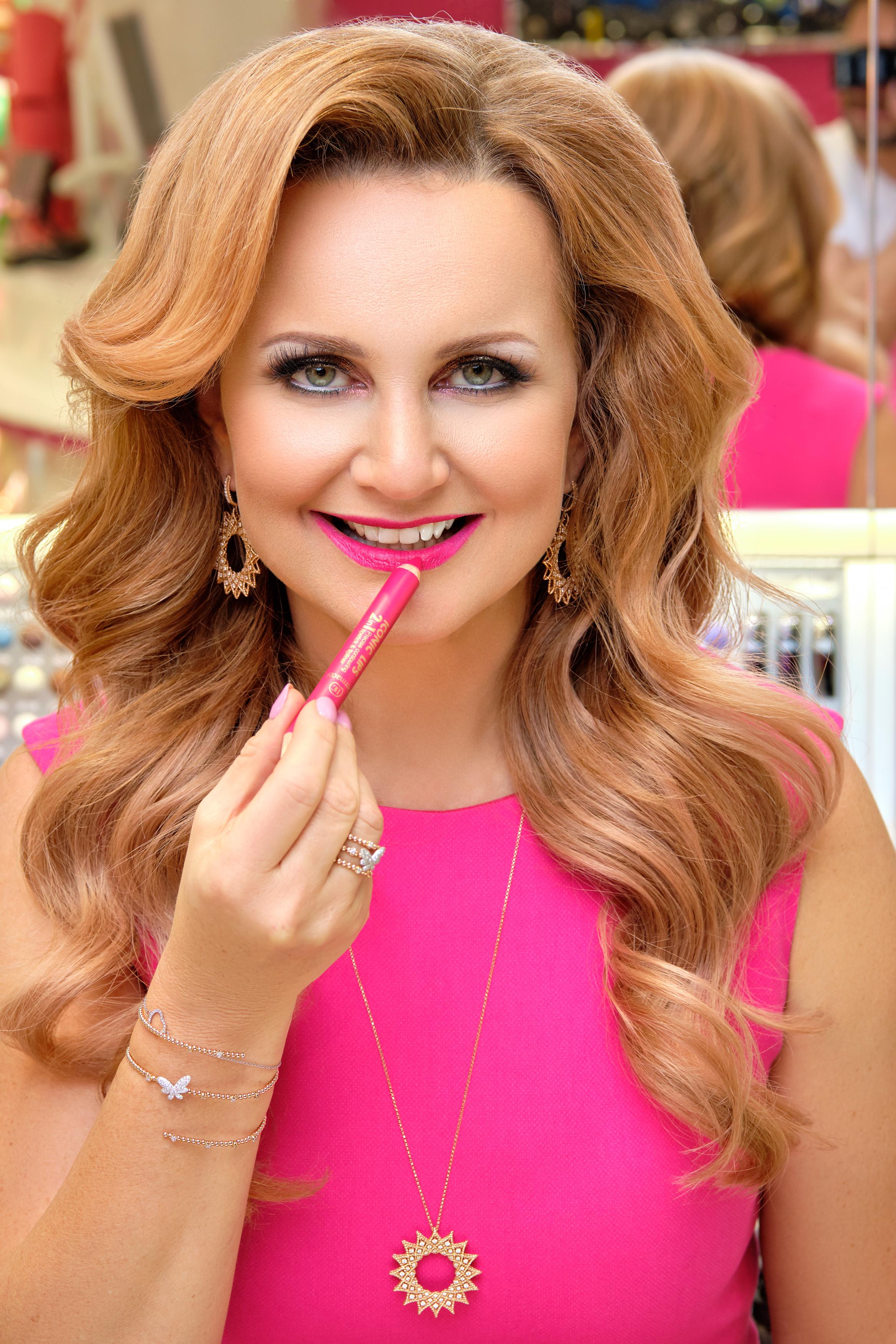 6_Věra Komárová se rtěnkou Iconic Lips v růžovém odstínu_foto Dermacol_repro zdarma