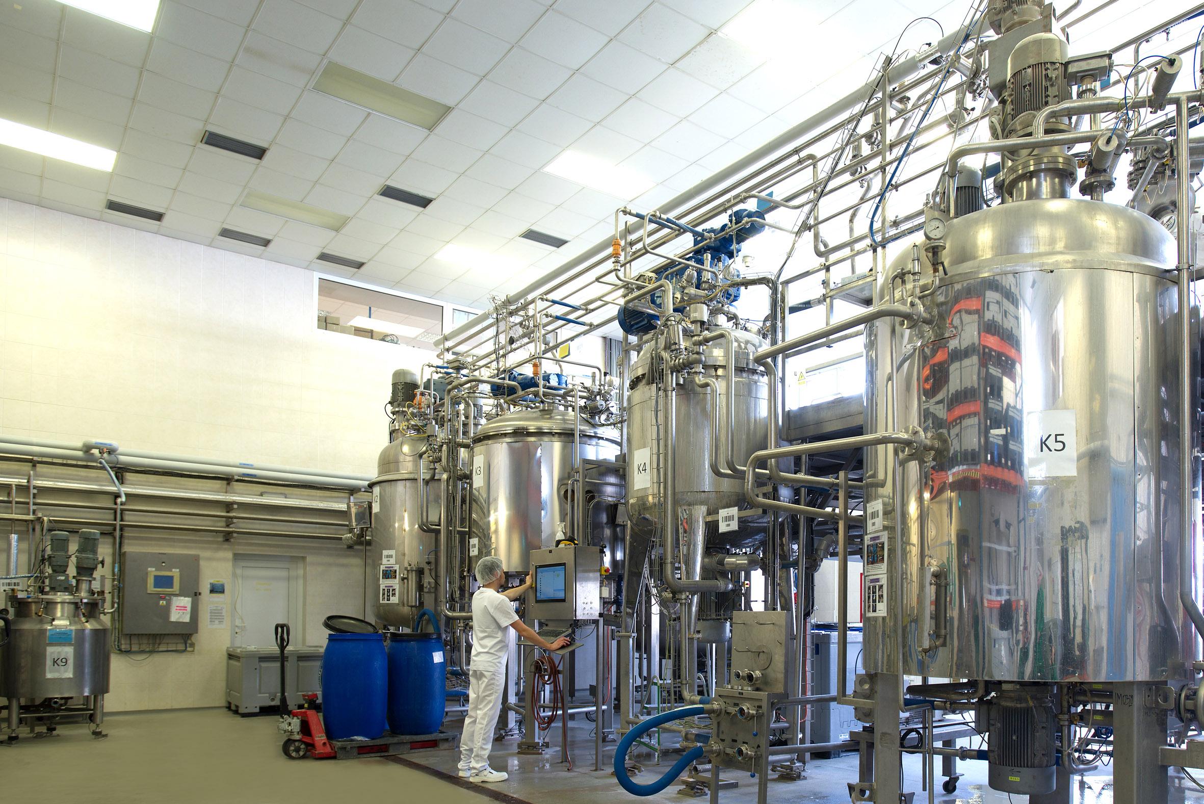 6_V brněnské továrně se dnes kosmetika vyrábí ve velkém_Na snímku obří kotle na přípravu sprchových gelů a tělových mlék_foto Dermacol_repro zdarma