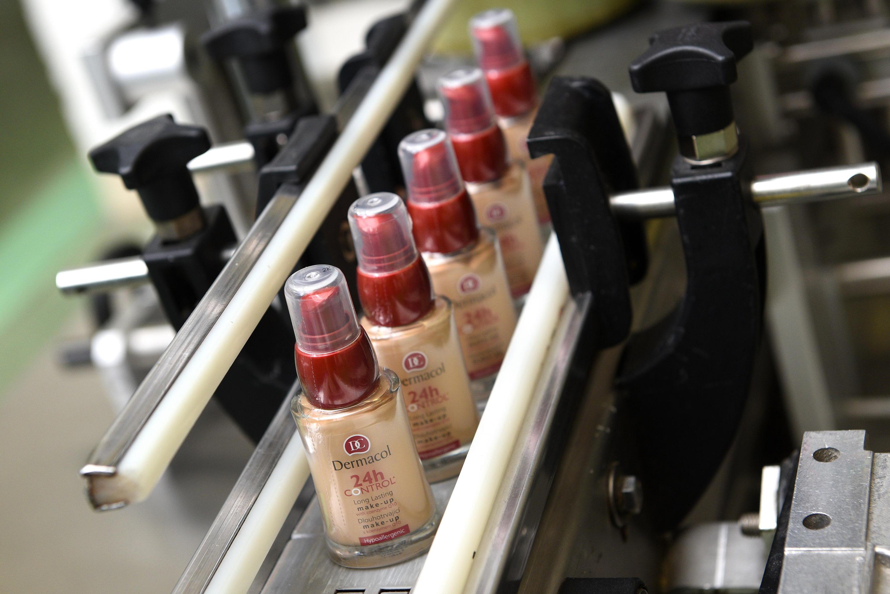 7_Automatická linka umí naplnit 22 lahviček za minutu_foto Dermacol_repro zdarma
