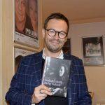 3_Josef Kubáník s knihou o Květě Fialové_foto archiv Josefa Kubáníka_repro zdarma