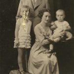 11_S rodiči a mladší sestrou Blankou_krásná maminka Květoslava byla sochařka a výtvarnice_foto archiv herečky_repro zdarma
