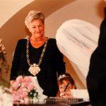 16_Kamila Moučková iako oddávající na Starmoměstské radnici kolem roku 1996_foto archiv Kamily Moučkové_repro zdarma