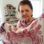 1_Jarmila Handzelová s autorským šátkem inspirovaný dílem Václava Hollara_foto Mediatraining_repro zdarma