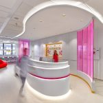 11_Recepce_ v růžových skleněných stěnách stoupají nekonečné řady růžových bublinek_foto Dermacol_repro zdarma