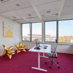 12_Kancelář Věry Komárové s ikonickými křesly ve tvaru zlatých lilií_foto Dermacol_repro zdarma