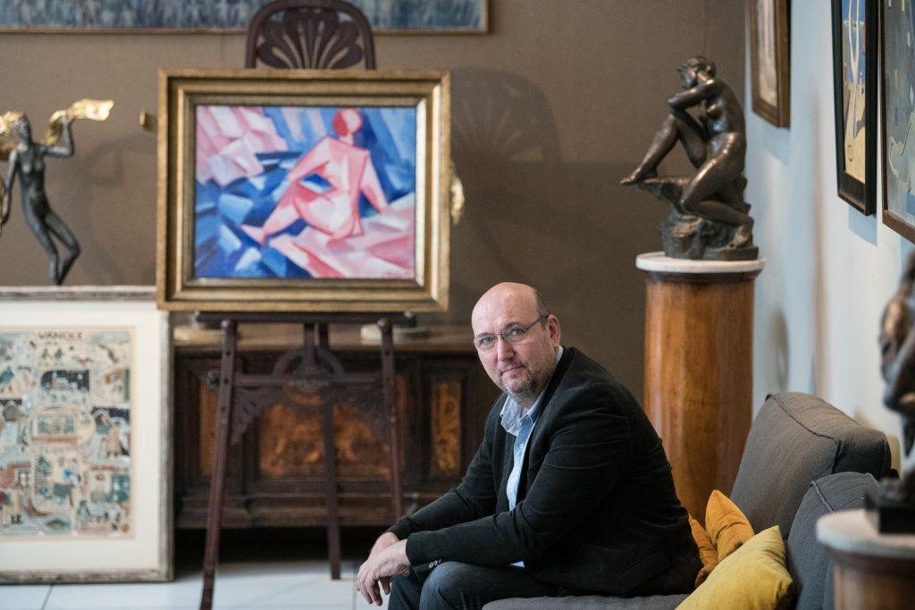 1_Tomáš Hejtmánek s díly na večerní aukci v Arthouse Hejtmánek_foto Arthouse Hejtmánek_repro zdarma