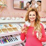 4_Věra Komárová s novým parfémem v místnosti Beauty Room_foto Dermacol_repro zdarma