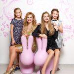 7_Věra Komárová se svými třemi dcerami na ikonických sedačkách v podobě zajíců_foto Dermacol_repro zdarma
