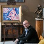 8_Tomáš Hejtmánek s díly na večerní aukci v Arthouse Hejtmánek_foto Arthouse Hejtmánek_repro zdarma