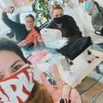 1_Maskérka Kateřina Housková_herečka Natálie Řehořová_výtvarnice Adéla Kostkanová a herečka Kristýna Frejová_foto archiv Švandova divadla